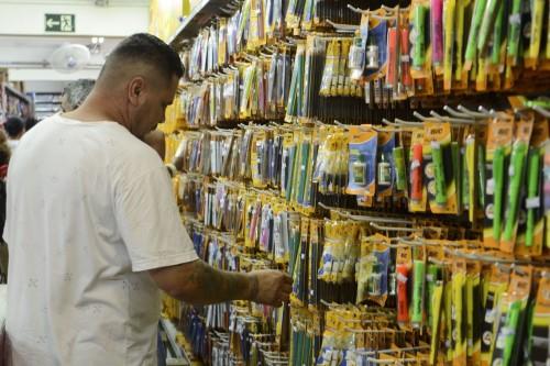 Pesquisar preços em mais de uma loja é uma das dicas do Procon-SP (Crédito: Agência Brasil)