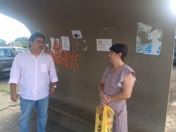 Sandro Caprino conversando com usuários do transporte público de Paulínia (Crédito: divulgação)