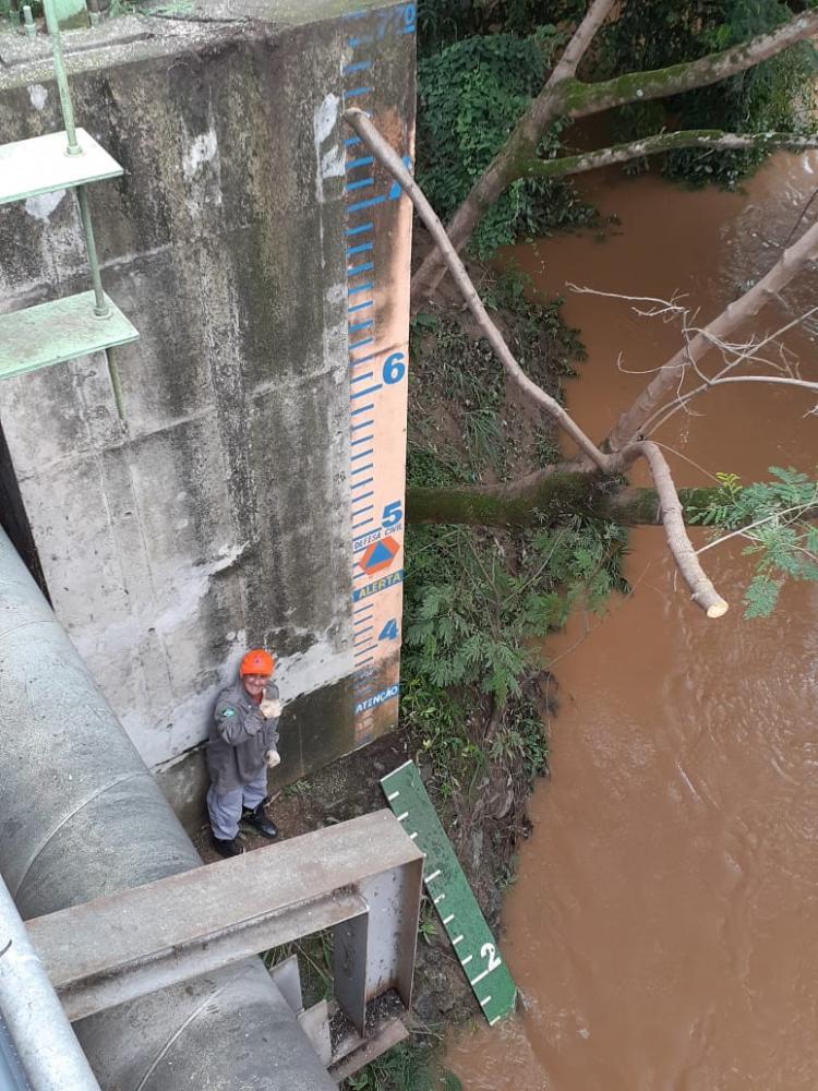 Funcionário da Defesa Civil monitorando nível de água em rio (Crédito: divulgação)