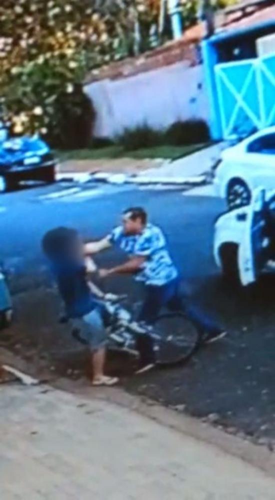 Cena da agressão contra a vítima em Barão Geraldo (Crédito: flaming do vídeo)