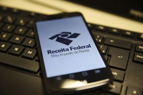 Receita tem aplicativos de celular para consultas (Crédito: Agência Brasil)
