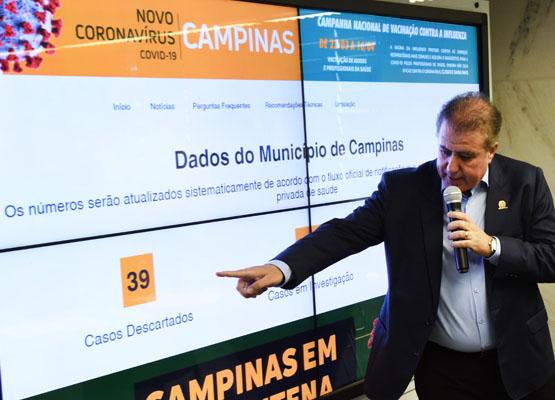 O prefeito de Campinas, Jonas Donizette (PSB), apresentando dados sobre o coronavírus (Crédito: Carlos Bassan)