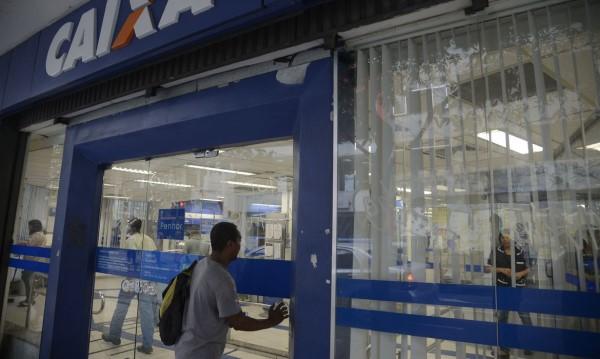 Caixa recomenda que o dinheiro seja transferido por meio de aplicativos de celular (Crédito: Fernando Frazão)