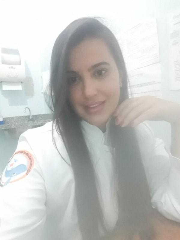 A médica Luana Queiroz em seu consultório (Crédito: arquivo pessoal)