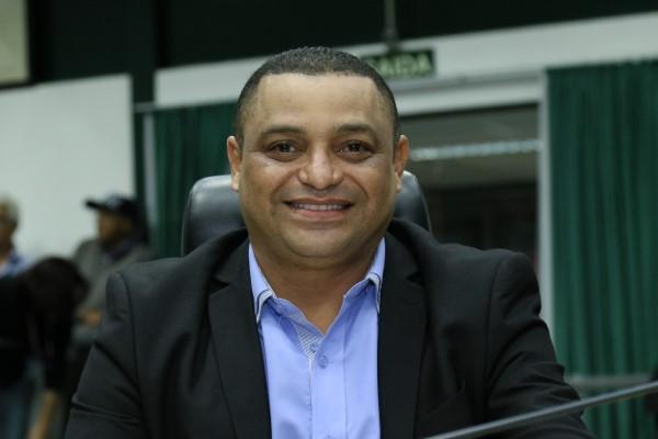 O vereador Manoel em uma sessão presencial (Crédito: divulgação)