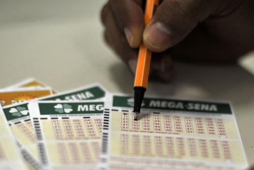 Apostas podem ser feitas em agências e lotéricas credenciadas pela Caixa (Crédito: Agência Brasil)