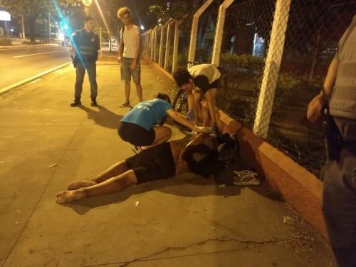 Homem passou mal e foi ajudado por pessoas que passavam pelo local (Crédito: Zatum)