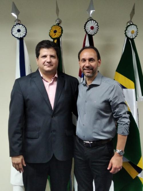 Toni e Cazellato no gabinete do prefeito (Crédito: divulgação)